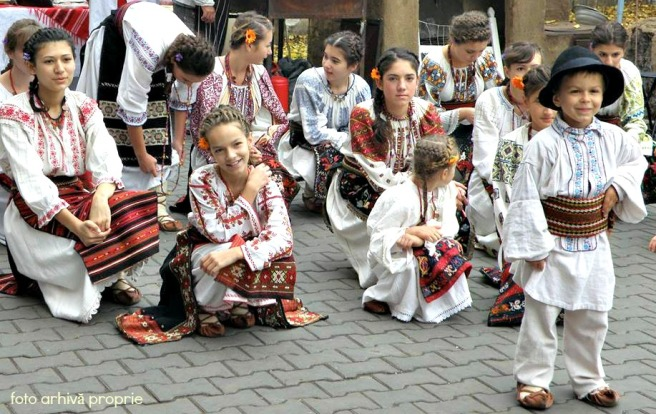 copiii voiosi din trupa de dansuri populare, formata de Mirella