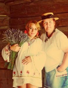 Mirella Neagoe Idreapta), alături de o viitoare mămică, îmbracătă cu tradiţionala ii
